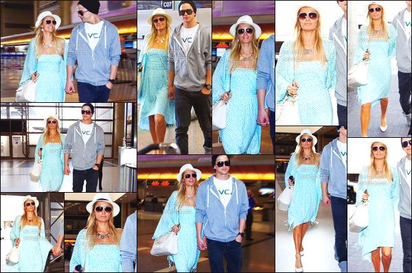 --------  27/11/12 : Paris Hilton photographié arrivant dans la journée, à l'aéroport de de  LAX - Los Angeles. Tenue toute simple, j'adore beaucoup cette petite robe bleue claire sur Paris, cela lui va vraiment bien. Pour le gilet top. Top/Flop?  --------