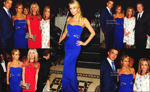 ------- 05/12/12: Mlle  Paris Hilton  photographiée   vue sur le tapis rouge à l'événement « European School » - New York.  Gros top pour la sublime robe longue moulante bleue. Cette couleur va vraiment bien à notre princesse Paris, j'adore. J'aime la coiffure.  -------