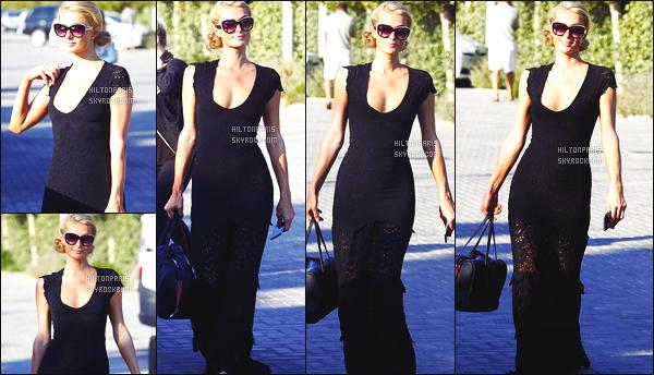------- 08/06/15: Notre princesse  Paris Hilton  photographiée souriante  dans la journée en balade dans les rues de  Ibiza.    Tenue  simple pour cette sortie, j'aime beaucoup cette longue robe noire, j'adore trop cette coiffure en chignon. Elle est  vraiment parfaite.    -------
