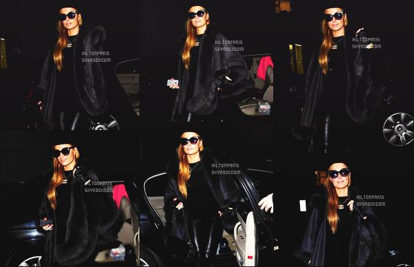 ------- 15/12/14: Merveilleuse  Paris Hilton   photographiée toute souriante quittant son hôtel dans la soirée à Londres.  J'adore assez la tenue de la jolie Paris, elle est trop belle, merveilleuse et tellement sexy, j'adore assez son pochon et j'aime son bonnet.  -------