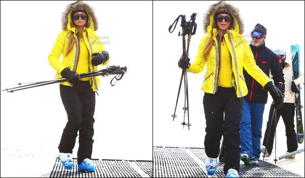 ------- 22/12/14: Notre merveilleuse  Paris Hilton   photographiée sur les pistes de ski dans Aspen dans la journée seule.   Petite top pour cette combinaison de ski pour la miss Paris , j'aime beaucoup sa grosse doudoune coloré jaune. Top pour les lunettes.  -------