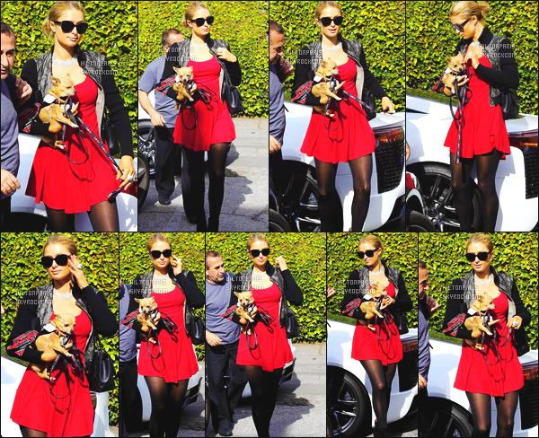 ------- 24/12/14:  Jolie  Paris Hilton   photographiée arrivant-quittant un salon de coiffure à Beverly Hills dans la journée.   Accompagnée de son petit chien Peter Pan - J'adore beaucoup sa robe rouge, elle est toute belle, gros top pour cette sortie. Parfaite.  -------