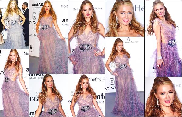 --------  22/05/15 :  Miss Paris Hilton  photographié assistant au gala amfAR's 22nd Cinema Against - à Cannes.  Regardez moi la princesse Paris, elle est  belle et glamour dans cette robe en plume violette ( Talon: Le Silla Elisa  ~ Pochette: Chanel ).   --------