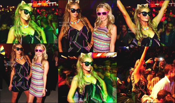 ------- 11/04/15: Notre belle Paris Hilton  assistant assistant au carvanal Néon Music avec sa soeur Nicky  en Californie.  Toujours belle la petite Paris, j'adore beaucoup cette robe courte et simple.  J'aime trop l'effet de ses oreilles et de son collier qui s'allume. -------
