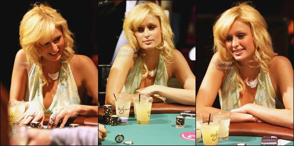--------  07/04/06  :   Paris   photographiée à une soirée, entrain de jouer au poker « Rock & Roll Poker  »  - Las Vegas.   Dommage on ne voit pas la tenue entiére de notre belle Paris, j'adore beaucoup son haut sexy et ses cheveux bouclé. Gros top pour elle. --------