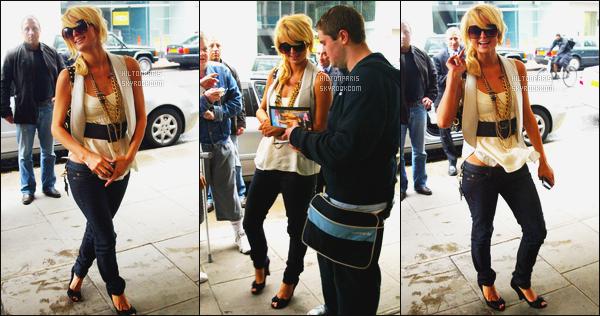 --------  26/06/06 :    La princesse Paris Hilton photographiée arrivant dans la journée à son hôtel    -   dans Londres.    Elle est toute souriante sur les photos, elle est tellement adorable. J'aime beaucoup cette tenue, surtout le jeans et les talons noire gros top.  --------