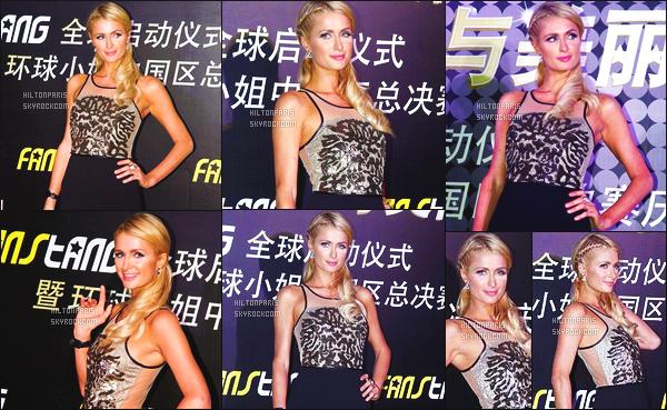 ------- 01/09/12: La princesse Paris Hilton photographiée   sur le tapis pour l'événement « Miss Univers » - à Shanghai. J'aime beaucoup cette tenue simple, cela lui va bien à mlle Paris, j'aime aussi cette coiffure attaché avec la tresse sur le côté. Top/Flop?     -------