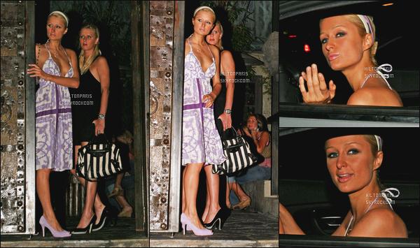 ------- 14/07/06: Notre princesse Paris Hilton  photographiée quittant le restaurant « Koi » dans la soirée -  Los Angeles. Elle est accompagnée de sa  soeur Nicky. Petit top pour cette tenue j'adore ses cheveux tiré, gros top. J'adore ses talons assortie à la robe. -------