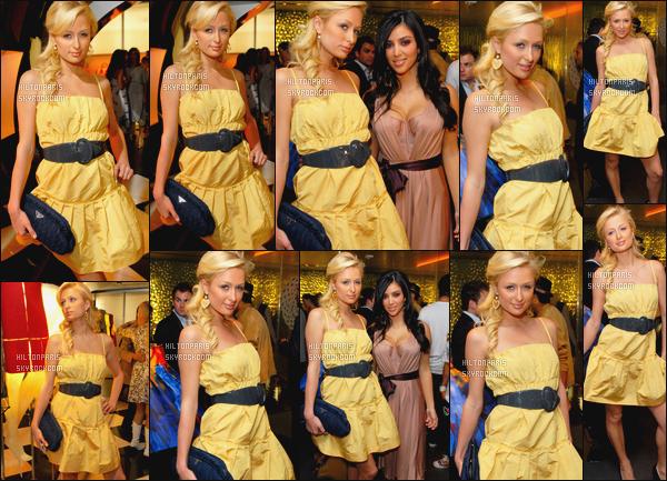 --------  12/07/06  :    La jolie Paris Hilton photographiée à l'ouverture de   «   Waist Down » avec Kim -  à Los Angeles.   Petit top pour la robe, je ne suis pas trop fan de cette ceinture au milieux de la robe, c'est assez spécial. Mais elle est quand même sublime.--------