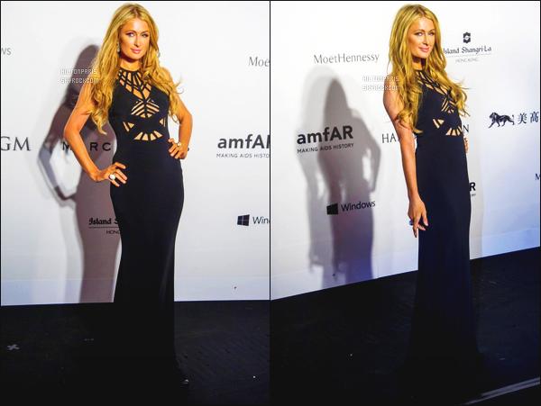 ------- 14/03/15: La merveilleuse Paris  Hilton photographiée  assistant au grand gala des « amfAR 2015 » - Hong Kong.  Toujours sublime mlle Paris, j'adore beaucoup cette longue robe noire, classe et glamour, gros top pour Paris, aussi top pour les photos.  -------