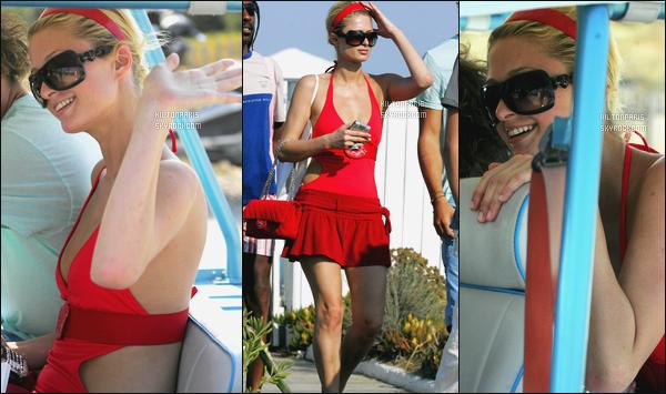 --------  31/07/06  :    Notre belle Paris Hilton photographiée en promenade   dans la journée seule - dans St-Tropez.  Elle est vraiment sublime dans se maillot de bain, je suis vraiment fan, elle est tellement hot et sexy la miss Paris, j'aime ses lunettes de soleil.--------