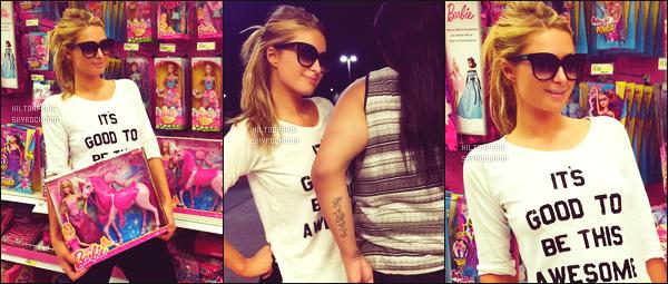 ______________ __ ● ●___ PHOTOS SUR LES RESEAUX SOCIAUX -____ ●●●●●●●●●●●●●●●●    AVRIL 2015 -  Paris Hilton est partie faire des courses dans le magasin Target. Elle est toute fiére de se balader dans les rayons de poupées.  ______________