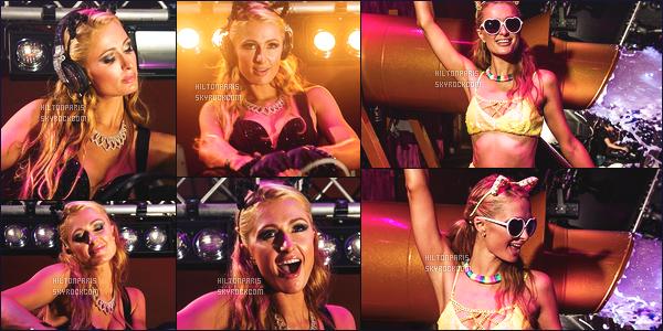------- 25/07/15: La princesse  Paris Hilton  photographiée   entrain de mixer à sa soirée de  Foam And Diamond   -  à Ibiza.   Princesse Paris est bien classe dans la tenue, toute sombre,  j'adore trop cette jupette. Gros top pour cette coiffure meme si c'est négligé.     -------