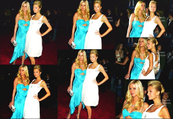 ------- 22/11/05:  La princesse Paris Hilton photographiée à la cérémonie « American Music Awards » - à Los Angeles.   Paris Hilton est accompagné de s½ur Nicky Hilton. Les deux soeurs Hilton sont assez belle dans leurs robes gros top pour Paris, j'adore.  -------