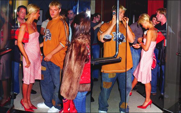 ------- 13/01/04: La sublime Paris Hilton photographiée quittant le restaurant Tramonto dans la soirée - Los Angeles.  Top pour la tenue cela reste un candid assez simple, je n'aime pas trop la robe qui ne la met pas du tout en valeur.  Top ses chaussures.   -------