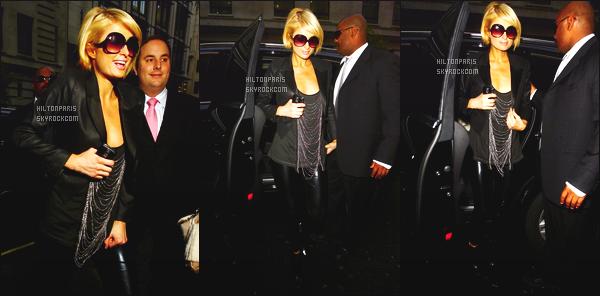 --------  29/01/09 : La princesse   Paris  Hilton   photographiée arrivant à l'hotel «  Jardin Covent » - dans Londres.   Paris Hilton est super belle. Je suis completement fan de cette tenue sombre mais au top. Paris est toujours autant souriante, j'adore.  --------