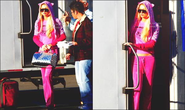 ------- 22/01/07 : Sublime Paris Hilton photographiée  arrivant/quittant    le tournage de Sexy à tout prix à Los Angeles. Petit top pour cette tenue assez simple. J'adore beaucoup  se jogging rose en velours. Elle est vraiment sublime notre belle Paris Hilton.  -------