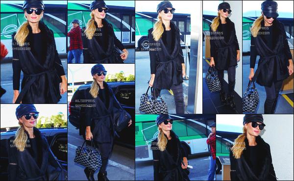 ------- 28/12/15: La magnifique  Paris Hilton photographiée arrivant à l'aéroport de LAX  dans la  journée  -  Los Angeles. Look négligé tous comme pour cette coiffure, et le make up. Je ne suis pas   fan de cette tenue, elle aurait pu faire un effort quand meme.      -------