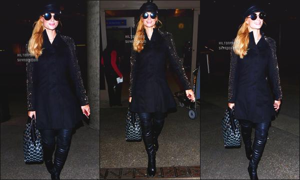 --------  24/12/15  :  Mlle Paris Hilton photographié arrivant à l'aéroport de « LAX » dans la soirée - Los Angeles.  Elle va s'envoler pour Aspen. J'aime moyen la tenue. Je trouve que le manteau, ne va pas du tout avec son manteau, super son petit beret.  --------