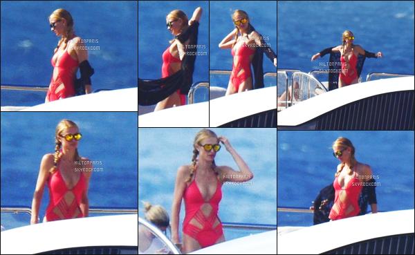 --------  20/12/15 :   Paris Hilton photographiée sur son bateau privée avec sa famille dans la journée - à  St. Barts.  Je suis contente de la qualité des photos pour des photos prise super loin. J'aime trop le bikini rouge de la jolie Paris, c'est original la forme.  --------