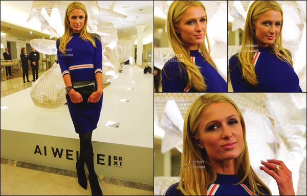 ------- 17/01/16: Notre princesse Paris  Hilton   photographiée  à l'exposition de « Er Xi » un artiste chinois - dans Paris. J'aime assez la tenue à mlle Paris même si c'est du deja vue, se genre de tenue lui va tellement bien, elle a vraiment la classe. Gros top.     -------