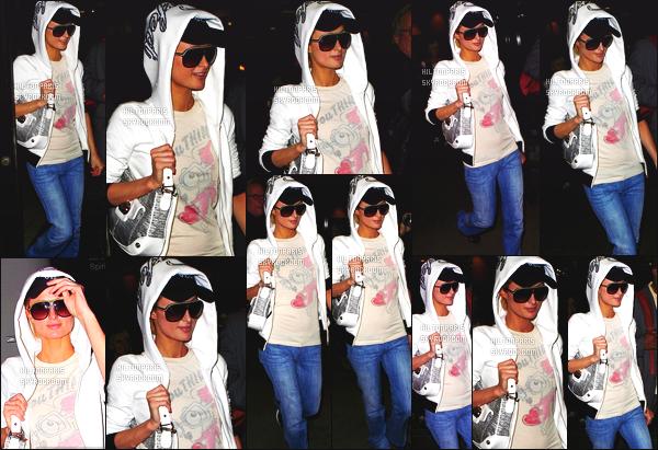 ------- 02/02/09: Belle Paris Hilton photographiée arrivant à l'aéroport de « LAX » dans la journée - dans Los Angeles.  Paris Hilton est trés fatigué mais elle garde toujours le sourire devant les pap's, je ne suis pas trop fan de son pantalon jean's assez large.  -------