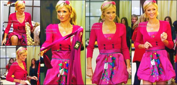 ------- 15/02/09: La jolie Paris  Hilton photographiée entrain de faire du shopping à « Harmony Lane » - à Los Angeles.  Paris tout en rose comme un bonbon je ne suis pas trop fan de la tenue mais bon cela passe pour faire un shopping elle est mignonne.      -------