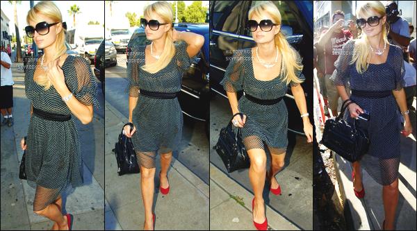 ------- 15/08/07: La princesse Paris Hilton photographiée dans la journée toute seule vue dans les rues de Beverly Hills.    J'aime assez cette  tenue toute seule. Je suis aussi fan de ses lunette de soleil. Gros top pour ses chaussures rouges et cette coiffure. -------