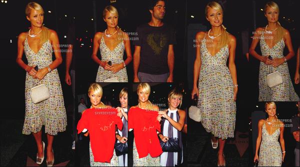 ------- 15/08/07: La miss Paris Hilton photographiée dans la soirée allant au restaurant « Uncle Buck's  » - Beverly Hills.    Petit top pour tout, je n'aime pas trop cette coiffure assez simple et cette robe aussi qui semble tres legere. Elle est accompagnée d'amis. -------