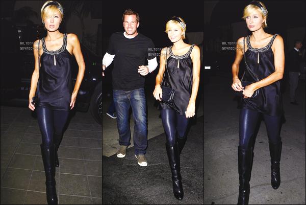 ------- 28/02/09: Sublime Paris Hilton photographiée  en promenade dans la soirée avec  Doug Reinhardt -    Los Angeles. Paris Hilton est souriante face aux paparazzis, qui ne la lâche jamais. Petit top pour cette tenue simple et noire. Gros top pour ses bottes.  -------