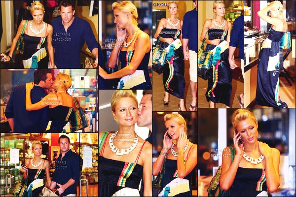 ------- 09/03/09: Notre princesse Paris Hilton dans la soirée, entrain de faire du shopping avec Doug Reinhardt -   Maui.  Jolie Paris porte une robe style japonais, j'aime beaucoup, j'adore beaucoup les motifs sur la robe, elle est au top, top pour cette coiffure.  -------
