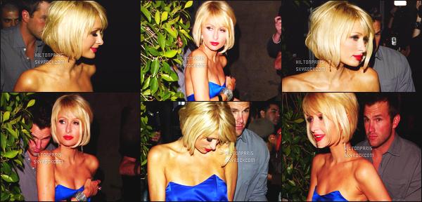 ------- 19/03/09:  La merveilleuse Paris  Hilton photographiée  quittant le bar « Deluxe » dans la soirée - à Los Angeles. Paris Hilton est top dans la tenue bleue, je lui accorde vraiment un gros top pour cette sortie, elle est accompagnée de Doug Reinhardt.   -------