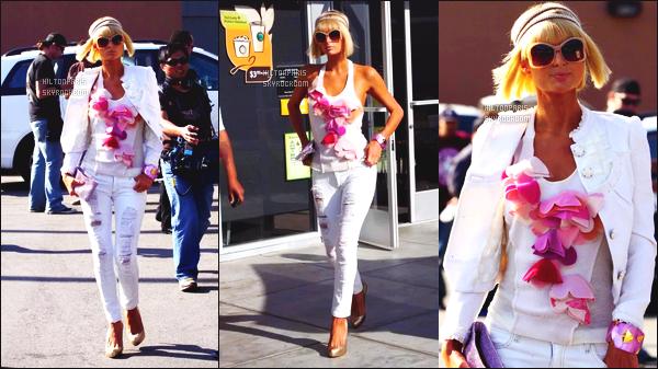 ------- 26/03/09:  Notre belle Paris  Hilton photographiée  entrain de faire du shopping dans la journée -   à Los Angeles. Paris Hilton est vraiment superbe dans la  tenue simple, mais j'aime, j'adore beaucoup son blazer blanc. Petit top pour son collier en fleurs.   -------
