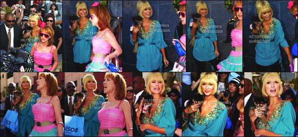 ------- 24/03/09: Princesse Paris Hilton  photographiée     arrivant à l'hotel « Avalon Hotel » dans la journée -   Los Angeles.  Flop pour Paris Hilton dans la tenue, je ne suis du tout pas fan de cette tenue que je trouve laide, elle est accompagnée de Kathy Griffin.    -------