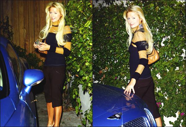 ------- 06/01/07 : Belle Paris Hilton photographiée  quittant sa maison tard dans la soirée toute seule - à Los Angeles. Elle se rend à une soirée, petit top pour cette tenue. La coiffure est au top même si c'est chelou, j'aime vraiment. Cheveux de poupée.  -------