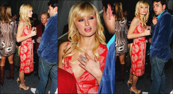 ------- 28/02/06: Notre princesse Paris Hilton photographiée  arrivant à la soirée de « General Motors Ten » - Californie. J'aime bien la robe mais je la trouve trop longue, elle aurait du la porter plus courte juste un peu. Je suis fan de cette coiffure. Gros top.    -------