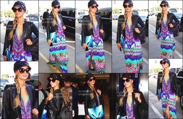 --------  18/03/16  :  Paris Hilton photographié arrivant à l'aéroport de « LAX » dans la journée - à Los Angeles.  Non le style bohème de Paris est de retour je deteste se genre de robe rideaux heureusement qu'elle est souriante pour embellir se candid.  --------