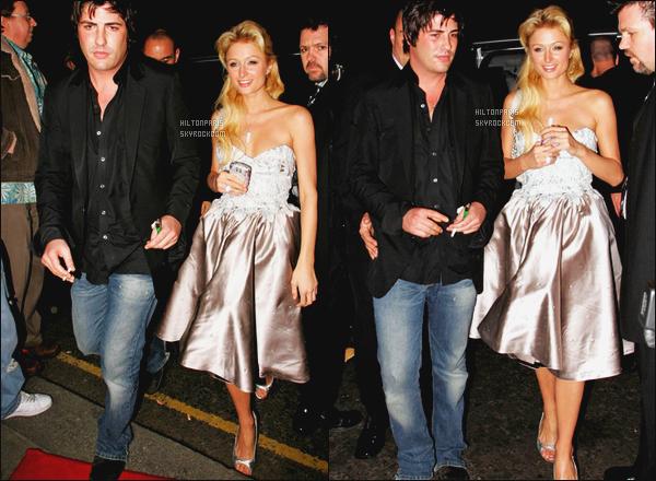 --------  13/02/06  : La princesse Paris Hilton photographiée arrivant à l'after de « Mischa Barton's » dans Londres.  Elle est accompagné de son ami Brandon Davis. Gros top pour cette robe qui va vraiment bien à la miss Paris Hilton. Elle est trop parfaite. --------