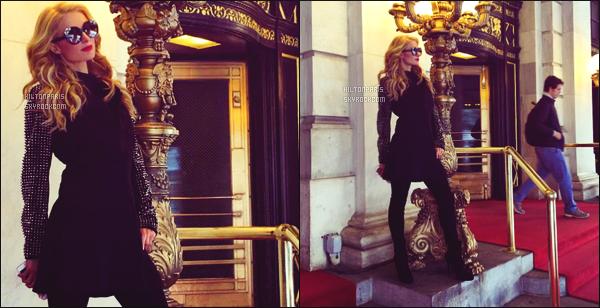 ____________________   PHOTOS  PERSONNELLES  sur « Instagram »  devant l'hotel le Plaza à New York  -  Avril 2016  Aprés une longue journée de tournage dans l'hôtel le Plaza, miss Paris décide de prendre la pose devant. Gros top pour chaques photos.  ____________________
