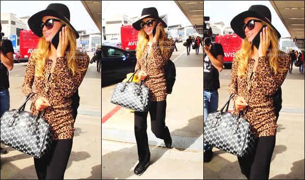------- 13/04/16: La magnifique  Paris Hilton photographiée arrivant à l'aéroport de LAX  dans la  journée  -  Los Angeles. Petit top pour cette tenue. Pour un candid cette tenue passe, elle est relax et simple. Top les lunettes. Paris est souriante. Elle est toute jolie.   -------