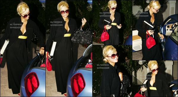 ------- 21/08/07:  Notre sublime Paris Hilton   photographiée rentrant dans  sa maison tard dans la soirée - à Los Angeles.  Petit top pour la tenue, c'est tres trop long mais bon je trouve que cela va   bien à Paris. J'adore  ses cheveux en chignon. Top les lunettes.  -------