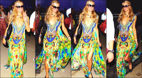 ------- 17/04/16: La sublime Paris Hilton  assistant ' au grand festival 'de musique Coachella dans la soirée - Californie. Gros top pour la tenue. Paris semble vraiment heureuse d'assisté à Coachella. J'aime beaucoup cette longue robe avec se décolleté   sexy. -------