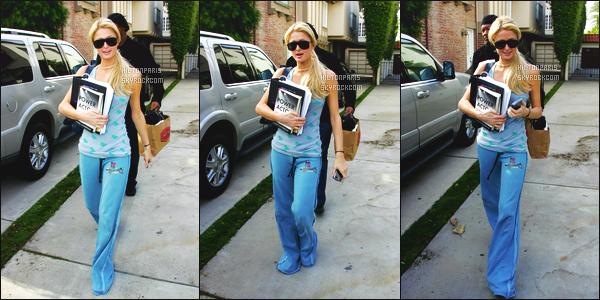 ------- 10/01/07 : La princesse Paris Hilton photographiée  dans la journée en balade dans les rues dans  Los Angeles. Je trouve que cette tenue va vraiment bien à Paris. Elle est toute simple mais j'aime beaucoup. Gros top pour ses cheveux tiré. Top/Flop?   -------