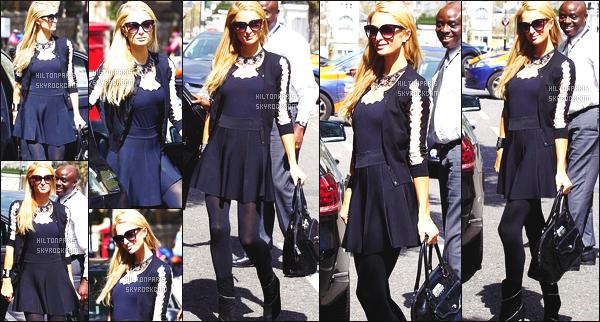 ------- 27/04/16: La merveilleuse Paris Hilton photographiée dans la journée arrivant dans la grande ville de Londres.  J'aime beaucoup cette tenue, je trouve que tout va bien ensemble la veste, la robe et les chaussures. Paris nous fait vraiment un gros top la.     -------