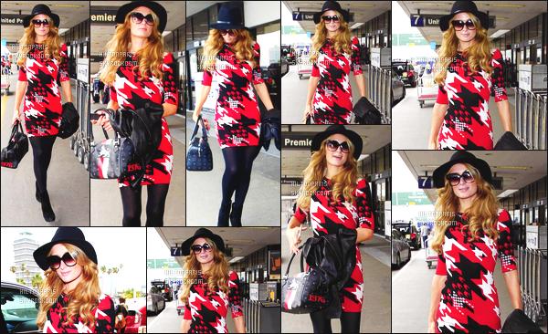 ------- 10/05/16: La magnifique  Paris Hilton photographiée arrivant à l'aéroport de LAX  dans la  journée  -  Los Angeles. Flop pour cette tenue, je n'aime pas trop la tunique, les motifs et cette couleur assez trop voyante.  J'adore    ses cheveux et son chapeau.      -------