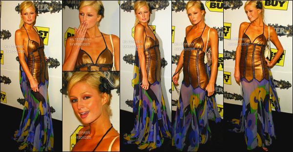 --------  17/10/05 :    La princesse Paris Hilton photographiée au lancement de l'album de   «  Usher  » en Californie.  Désolé des photos qui ont un effet orange, petit flop pour cette robe on dirait une serpillière j'aime beaucoup cette coiffure avec la fleur.  --------