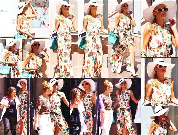 ------- 19/05/16: Jolie  Paris Hilton photographiée   dans la journée entrain de faire du shopping avec une ami -  Cannes. Petit top pour la robe, j'aime bien la robe c'est un look tout à fait pour faire du shopping, gros top pour son sac à main et son chapeau.    -------