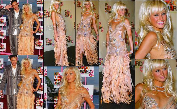 --------  29/08/04 :    Jolie Paris Hilton photographiée à la cérémonie  « MTV Video Music Awards  »  -  Los Angeles.   Gros top pour la robe, elle est trop jolie. Mais je ne suis pas trop fan de ses lentilles et de la coiffure qui fait caniche, on dirait une perruque.  --------
