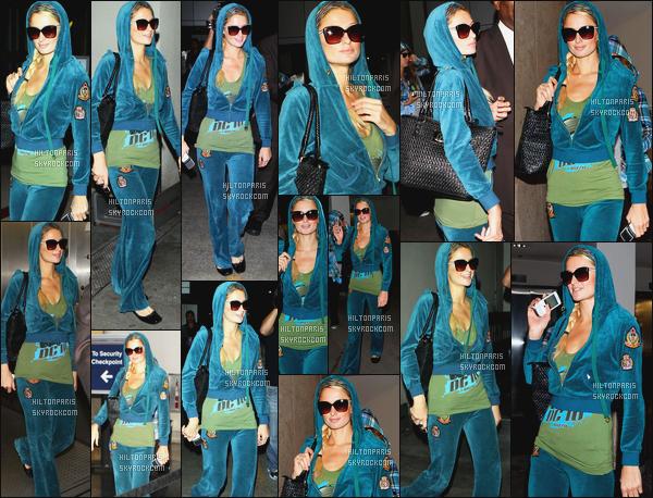 ------- 06/10/11: La magnifique  Paris Hilton photographiée arrivant à l'aéroport de LAX  dans la  soirée  -  à  Los Angeles. Petit top pour la tenue, cela lui va bien, c'est tres simple mais bon pour prendre l'avion cela passe, j'adore son bandeau dans les cheveux.   -------