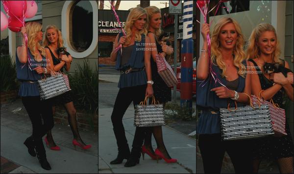 ------- 08/07/06: La sublime Paris Hilton photographiée sur le tournage d'un shooting » dans la journée - Los Angeles. Elle est accompagnée de sa petite soeur Nicky. Elles sont vraiment au top,  j'adore  les cheveux de Paris. Elle est  jolie, j'adore tellement.    -------
